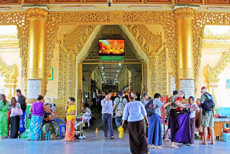 Προσευχή ναών του Βούδα Mahamuni, Mandalay, το Μιανμάρ στοκ φωτογραφία με δικαίωμα ελεύθερης χρήσης