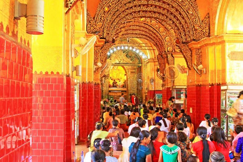 Προσευχή ναών του Βούδα Mahamuni, Mandalay, το Μιανμάρ στοκ εικόνα με δικαίωμα ελεύθερης χρήσης