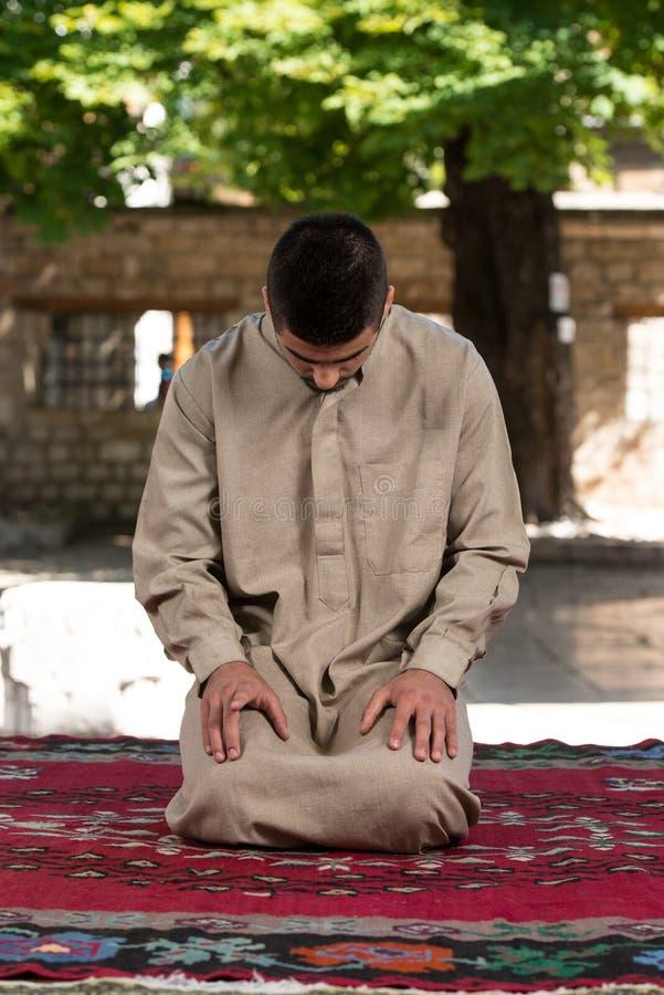 Προσευχή στο μουσουλμανικό τέμενος στοκ φωτογραφία με δικαίωμα ελεύθερης χρήσης