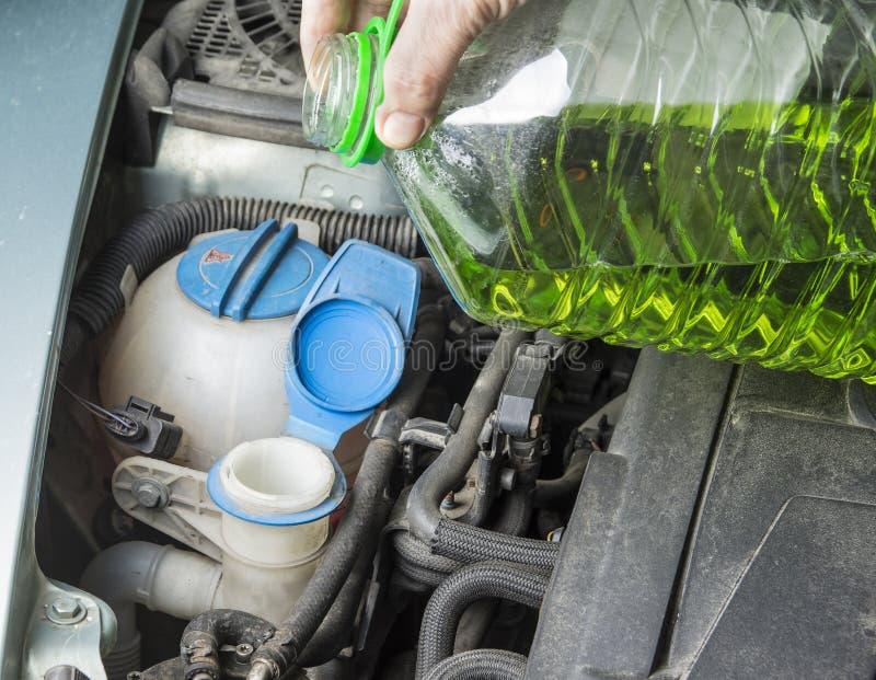 Προσθέστε επάνω το θερινό ρευστό ψηκτρών ανεμοφρακτών στο αυτοκίνητο στοκ φωτογραφία με δικαίωμα ελεύθερης χρήσης