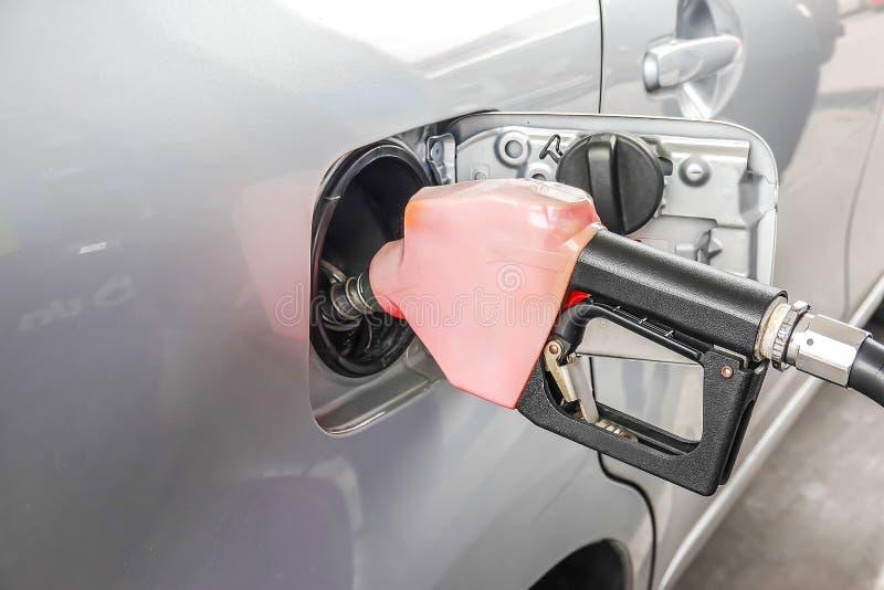 Προσθέστε το μαζούτ στο αυτοκίνητο στο βενζινάδικο καυσίμων με έναν διανομέα στοκ φωτογραφίες με δικαίωμα ελεύθερης χρήσης