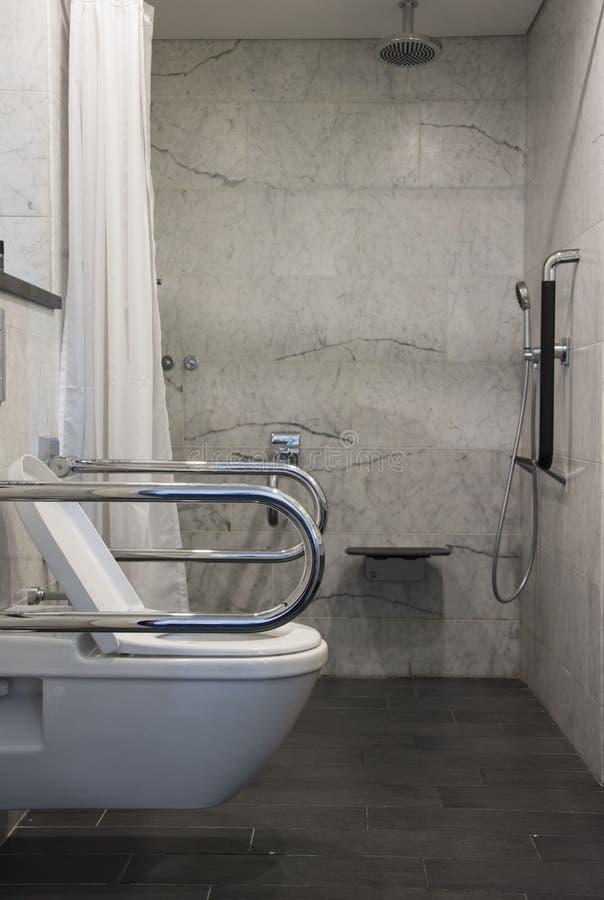 Προσιτές λουτρό και τουαλέτα αναπηρικών καρεκλών στοκ εικόνα με δικαίωμα ελεύθερης χρήσης