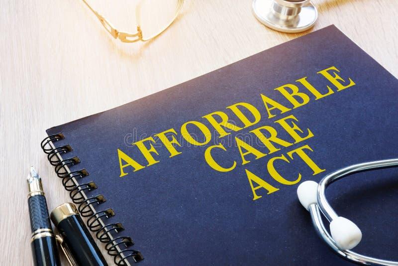 Προσιτός νόμος ACA προσοχής σε έναν πίνακα στοκ εικόνες