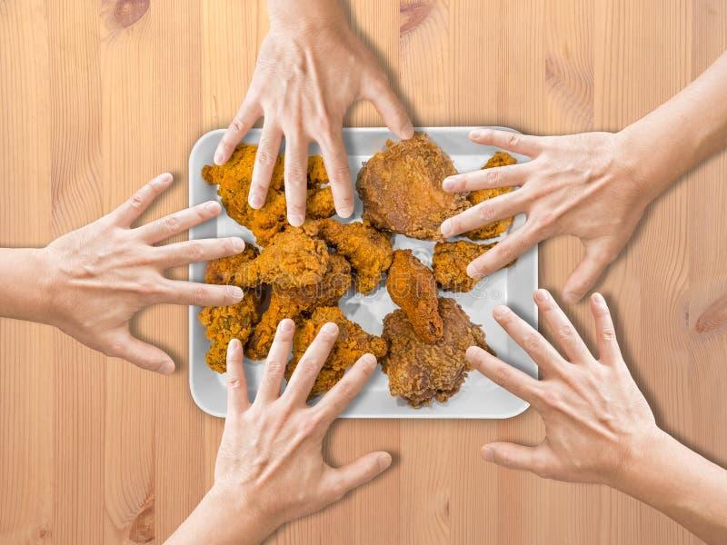 Προσιτότητα χεριών για το κοτόπουλο πυρκαγιάς στοκ εικόνες