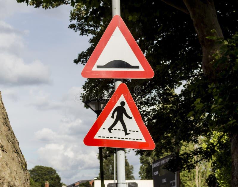 Προσκρούσεις ταχύτητας και για τους πεζούς πέρασμα στοκ εικόνα με δικαίωμα ελεύθερης χρήσης