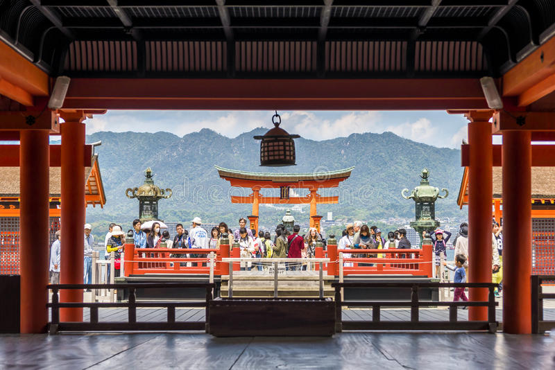 Προσκυνητές που επισκέπτονται τη λάρνακα Itsukushima στο νησί Miyajima, Ιαπωνία στοκ εικόνες