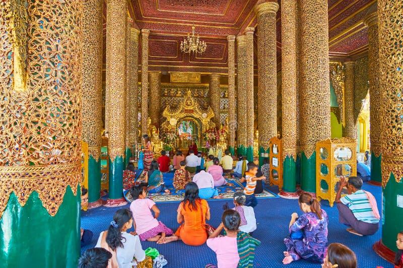 Προσκυνητές στο σπίτι εικόνας Gautama Βούδας, Shwedagon, Yangon, Mya στοκ εικόνες με δικαίωμα ελεύθερης χρήσης