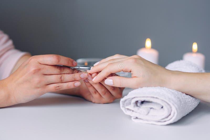 Προσοχή καρφιών Κινηματογράφηση σε πρώτο πλάνο των όμορφων χεριών γυναικών που παίρνουν το μανικιούρ στο σαλόνι SPA Θηλυκή καθαρί στοκ φωτογραφία με δικαίωμα ελεύθερης χρήσης