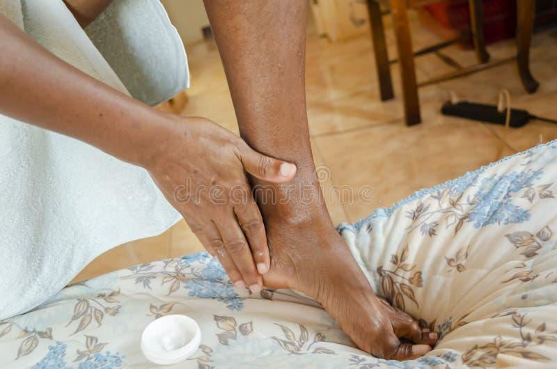 Προσοχή ποδιών με την κρέμα στοκ φωτογραφίες