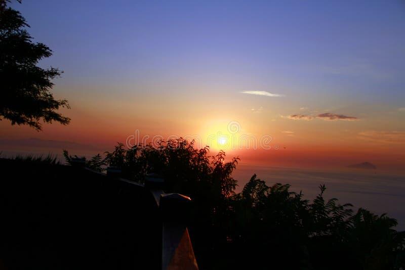 Προσοχή της ανατολής στην κορυφή του βουνού στοκ φωτογραφίες