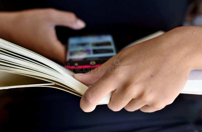 Προσποίηση να διαβαστεί ένα βιβλίο στοκ εικόνες