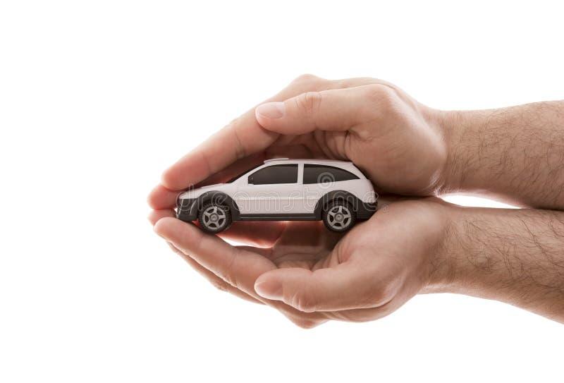 Προστασία αυτοκινήτων Μικρό άσπρο αυτοκίνητο που καλύπτεται με το χέρι που απομονώνονται στο άσπρο υπόβαθρο στοκ φωτογραφίες με δικαίωμα ελεύθερης χρήσης
