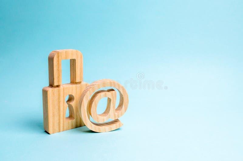 Προστασία των στοιχείων και προσωπική πληροφορία Επίθεση χάραξης, χάραξη, ιοί Αξιόπιστη θέση το σύμβολο ηλεκτρονικού ταχυδρομείου στοκ φωτογραφία με δικαίωμα ελεύθερης χρήσης