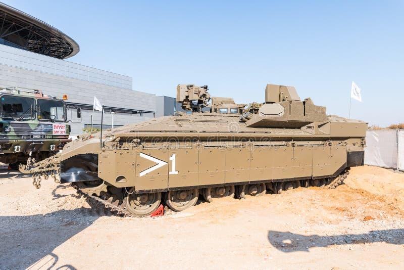 Προστατευμένο πολεμικό όχημα για τη μεταφορά των στρατιωτών που αποτελούνται από τα στρατιωτικά όπλα στην έκθεση ` στρατού IDF μα στοκ εικόνες με δικαίωμα ελεύθερης χρήσης
