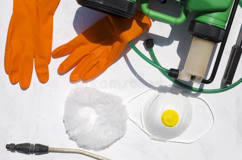 Προστατευτικά εργαλεία για τα spary φυτοφάρμακα στην άσπρη επιφάνεια Τοπ άποψη του επαγγελματικού εξοπλισμού για το ψεκάζοντας φυ στοκ εικόνες με δικαίωμα ελεύθερης χρήσης