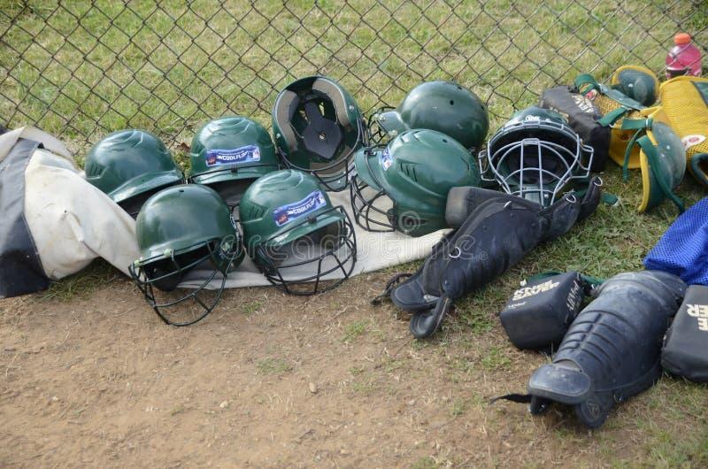 Προστατευτικά κράνος εξοπλισμού σόφτμπολ και catcher γόνατο guarda στοκ εικόνες