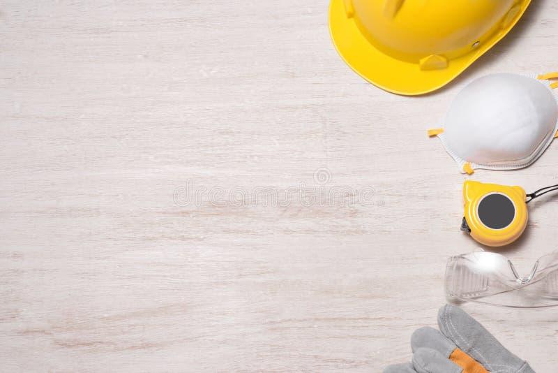 Ασφάλεια εργοτάξιων οικοδομής Προστατευτικές σκληρές καπέλο, γάντια, γυαλιά και μάσκες στο ξύλινο υπόβαθρο, στοκ εικόνα