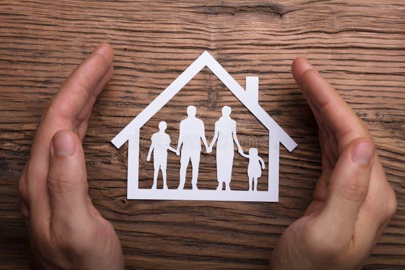 Προστατευτικό χέρι εκμετάλλευσης προσώπων στη οικογενειακή κατοικία στοκ φωτογραφίες