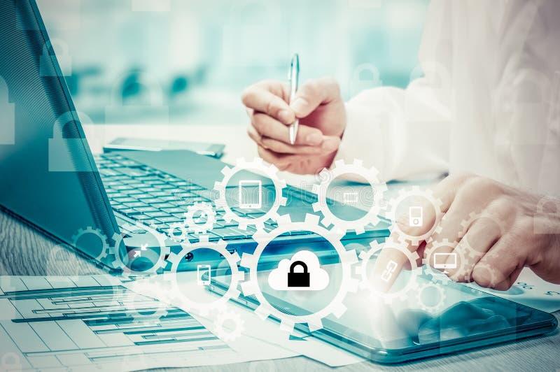 Προστατεύστε την έννοια στοιχείων πληροφοριών σύννεφων Προστασία και ασφάλεια των στοιχείων σύννεφων στοκ εικόνα με δικαίωμα ελεύθερης χρήσης