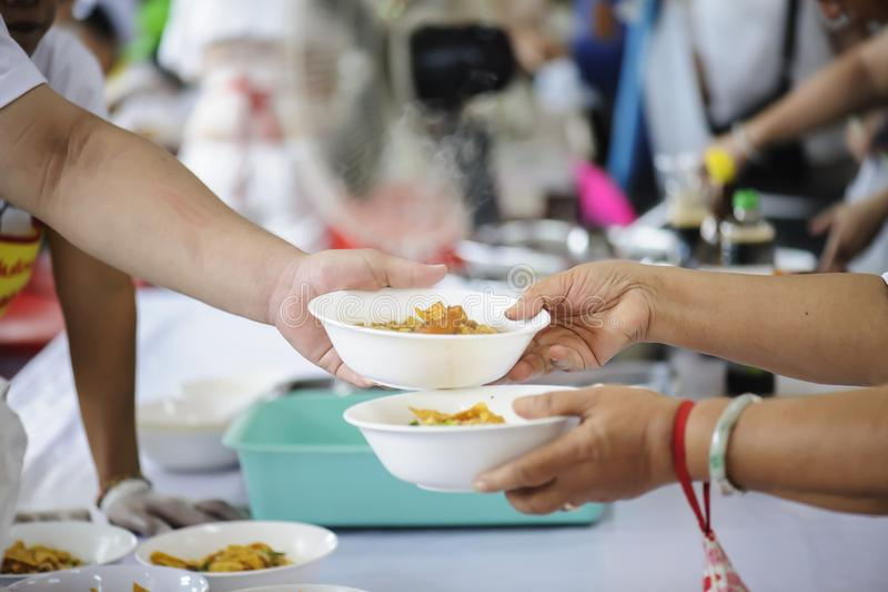 Προσφέρεται εθελοντικά τα τρόφιμα μεριδίου στους φτωχούς για να ανακουφίσει την πείνα: Έννοια φιλανθρωπίας στοκ φωτογραφίες με δικαίωμα ελεύθερης χρήσης