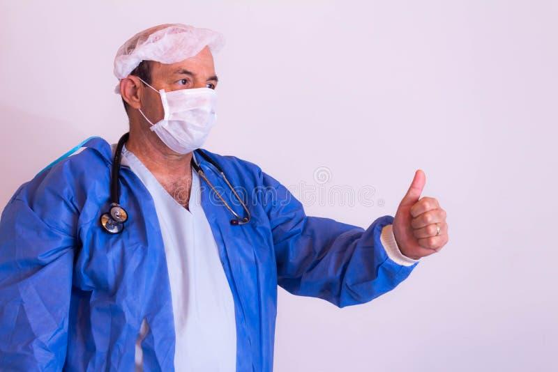 Προσφέρων ιατρικές υπηρεσίες με τη στολή του σε ένα ουδέτερο υπόβαθρο στοκ εικόνα με δικαίωμα ελεύθερης χρήσης