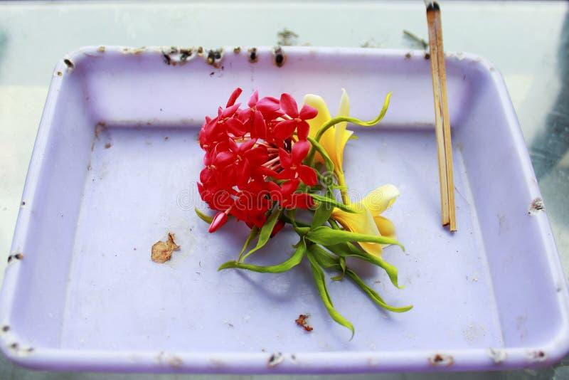 Προσφορές θυμιάματος και λουλουδιών στοκ εικόνες