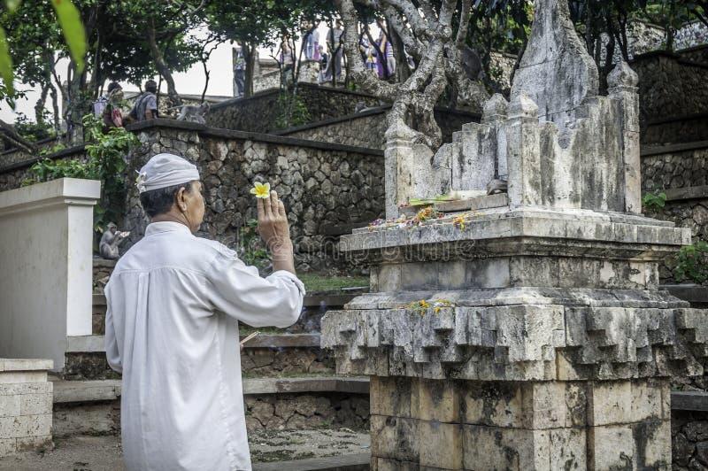 Προσφορές προσευχής στον παλαιό ναό Uluwatu, Μπαλί στοκ φωτογραφία