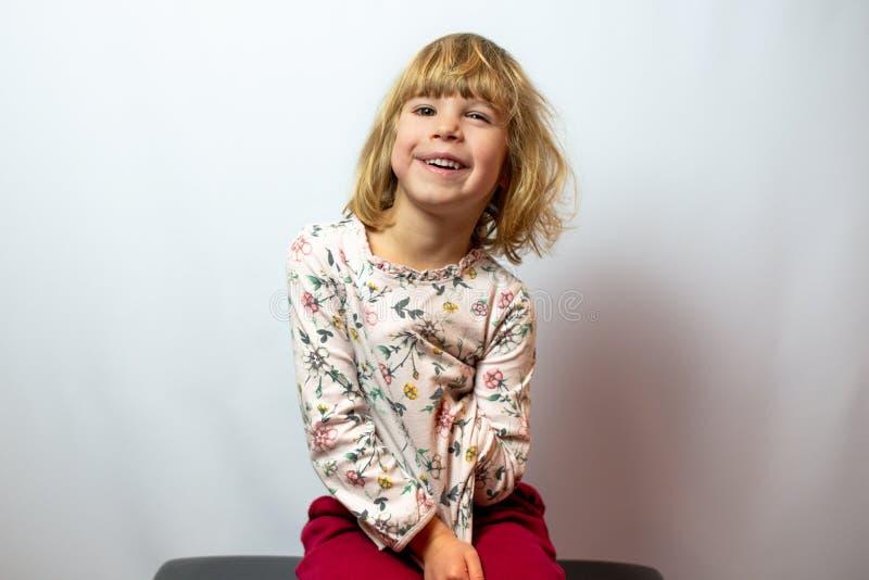 Προσχολικό πορτρέτο στούντιο κοριτσιών στο καθαρό υπόβαθρο στοκ εικόνες με δικαίωμα ελεύθερης χρήσης