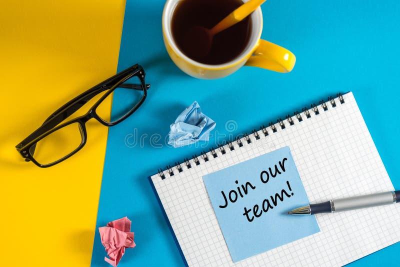 Προσχωρήστε στην ομάδα μας - μήνυμα στην μπλε σημείωση κοντά στο φλυτζάνι καφέ πρωινού στο μπλε και κίτρινο υπόβαθρο Μίσθωση και  στοκ εικόνες με δικαίωμα ελεύθερης χρήσης