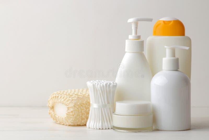 Προσωπικά προϊόντα υγιεινής Καλλυντικά προσοχής σώματος Άσπρα μπουκάλια και φιαλίδια σε ένα ελαφρύ υπόβαθρο SPA Χαλαρώστε στοκ φωτογραφίες