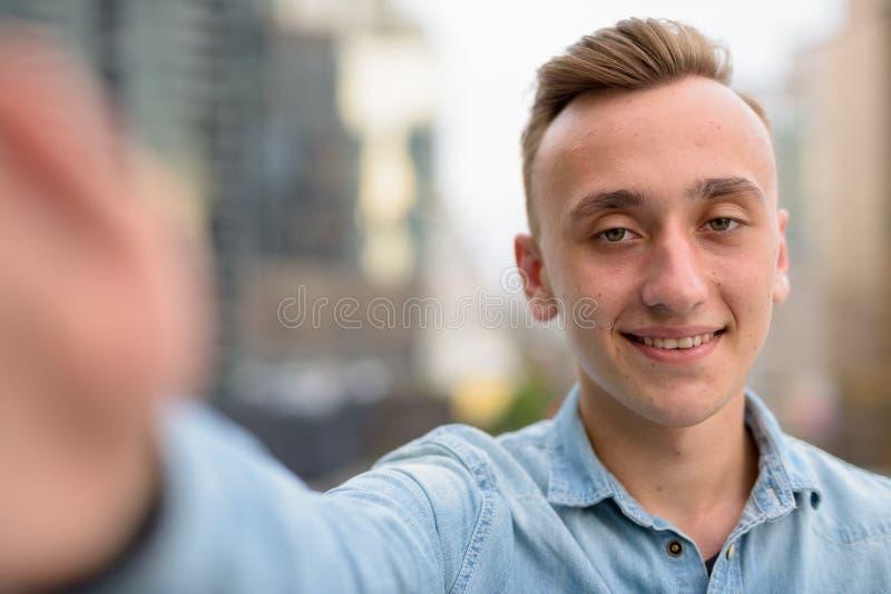Προσωπική άποψη του ευτυχούς ατόμου που παίρνει selfie με το τηλέφωνο στοκ εικόνες με δικαίωμα ελεύθερης χρήσης