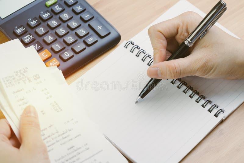 Προσωπική έννοια υπολογισμού ισορροπίας δαπάνης και δαπανών, δικαίωμα han στοκ εικόνες με δικαίωμα ελεύθερης χρήσης