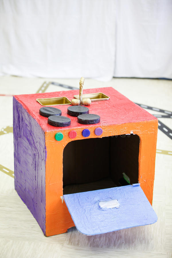 Προσωπική σόμπα κουζινών, που γίνεται από το κιβώτιο εγγράφου στοκ φωτογραφία με δικαίωμα ελεύθερης χρήσης