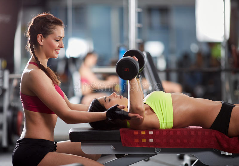 Προσωπικός εκπαιδευτής γυναικών στη γυμναστική στοκ εικόνα με δικαίωμα ελεύθερης χρήσης