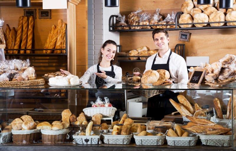 Προσωπικό αρτοποιείων που προσφέρει το ψωμί και τη διαφορετική ζύμη στοκ εικόνα με δικαίωμα ελεύθερης χρήσης
