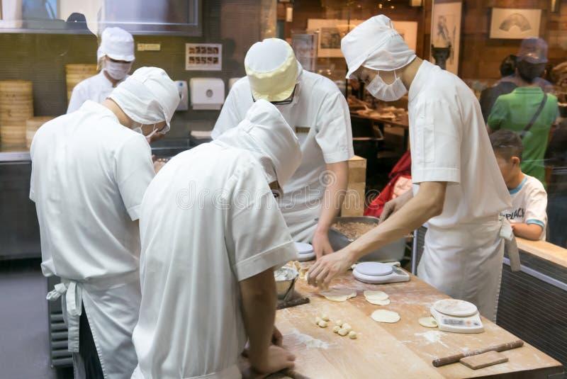 Προσωπικό που κατασκευάζει την μπουλέττα χοιρινού κρέατος παραδοσιακού κινέζικου στοκ εικόνες