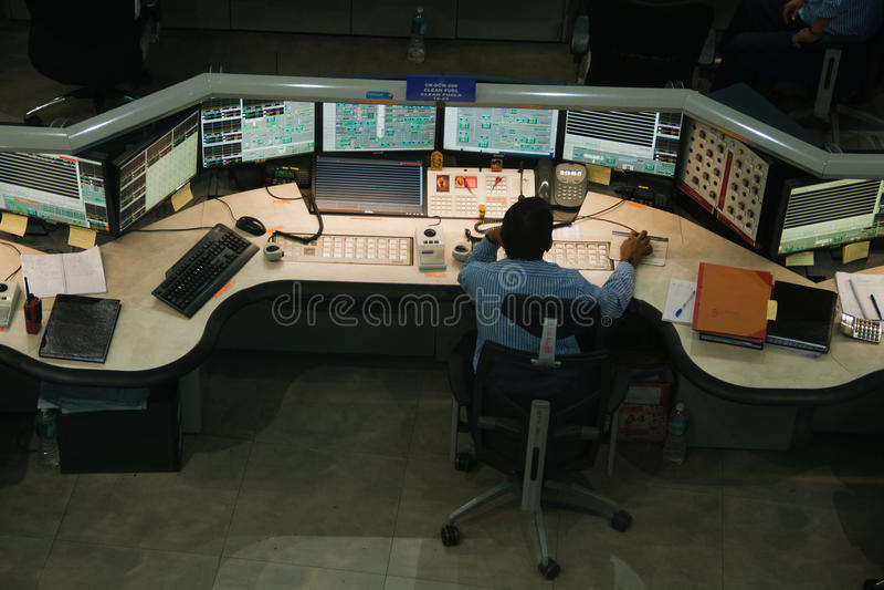 Προσωπικό στην εργασία στο θάλαμο ελέγχου σε ένα εργοστάσιο χημικής βιομηχανίας στοκ εικόνες με δικαίωμα ελεύθερης χρήσης