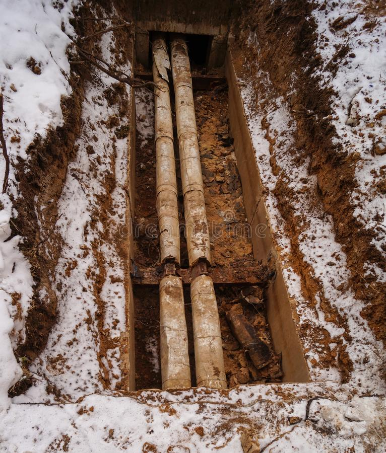 Προσωρινός σωλήνας θέρμανσης, θέρμανση των σπιτιών και των διαμερισμάτων το χειμώνα στοκ εικόνες με δικαίωμα ελεύθερης χρήσης