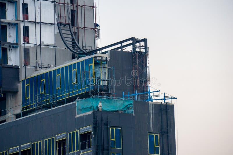 Προσωρινό γραφείο που στηρίζεται από το εμπορευματοκιβώτιο στη γέφυρα της κατασκευής της ψηλής πολυκατοικίας στοκ φωτογραφία με δικαίωμα ελεύθερης χρήσης