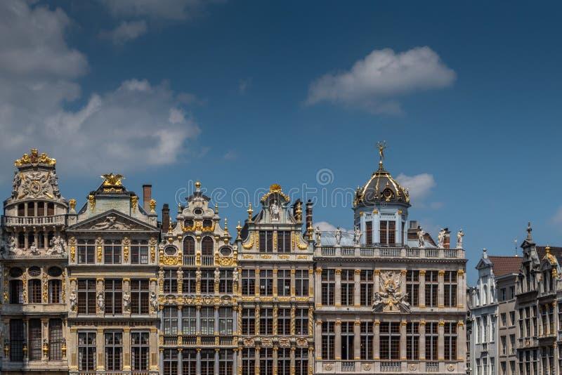 Προσόψεις και αετώματα της βορειοδυτικής πλευράς της μεγάλης θέσης, Βρυξέλλες Βέλγιο στοκ εικόνες