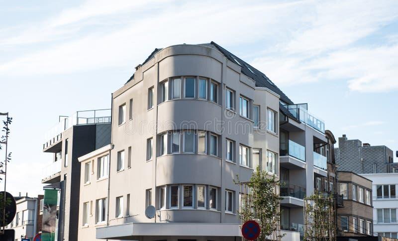 Προσόψεις παλαιού και των καινούργιων σπιτιών σε Koksijde, Βέλγιο - στο Art Deco στοκ φωτογραφίες με δικαίωμα ελεύθερης χρήσης