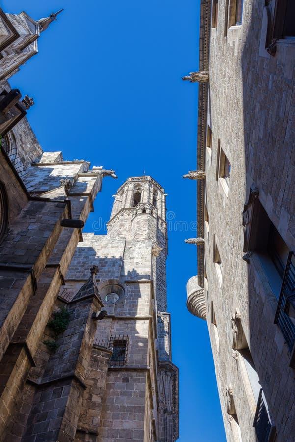 Προσόψεις των αρχαίων παλατιών με τα gargoyles στο κέντρο της Βαρκελώνης Παλάου Reial Major Placa del Rei στοκ φωτογραφία