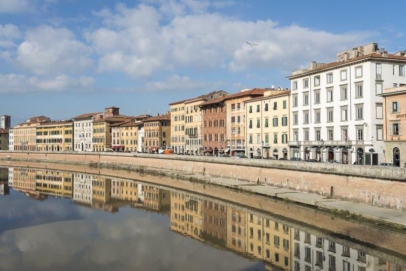Προσόψεις των κτηρίων στις όχθεις του ποταμού Arno στο δρόμο του μέσω της Πίζας στοκ εικόνες