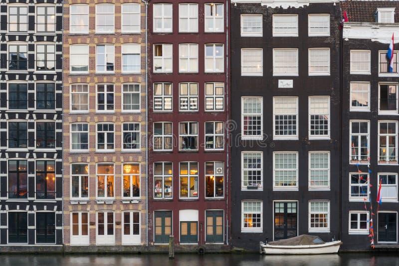 Προσόψεις των παραδοσιακών ζωηρόχρωμων ολλανδικών σπιτιών στο Άμστερνταμ, Ολλανδία στοκ εικόνες