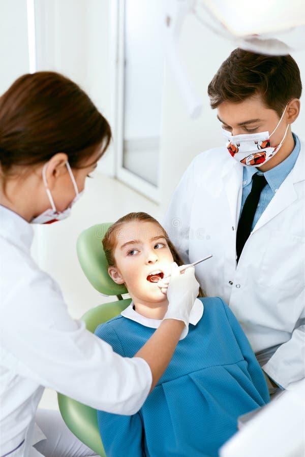 Προφορική υγειονομική περίθαλψη Γιατροί οδοντιάτρων που κάνουν τη διαδικασία εξέτασης στοκ εικόνες