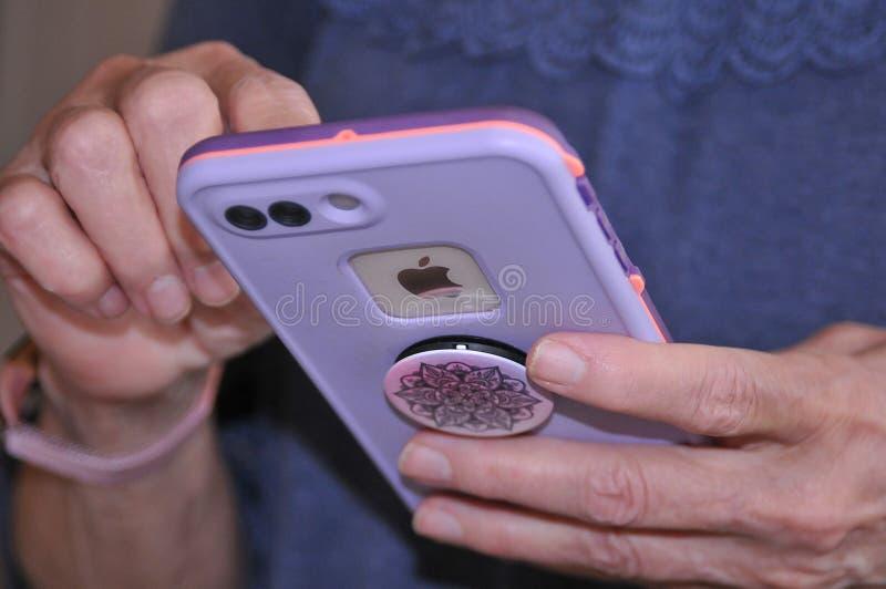 ΠΡΟΪΟΝΤΑ IPHONE 8 ΤΗΣ APPLE ΣΥΝ IPHONES στοκ φωτογραφία με δικαίωμα ελεύθερης χρήσης