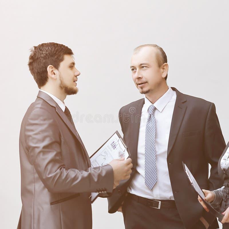 Προϊστάμενος και προσωπικό για να συζητήσει τα οικονομικά έγγραφα στοκ εικόνες με δικαίωμα ελεύθερης χρήσης