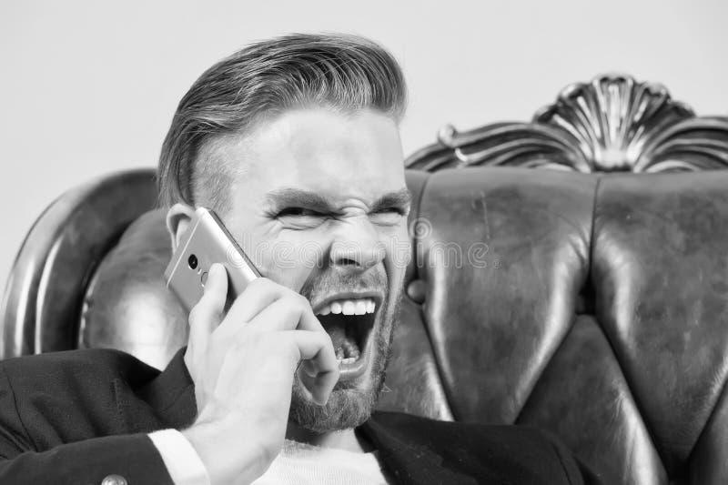 0 προϊστάμενος Καλλωπισμένος ατόμων καλά κινητό τηλεφωνικό γκρίζο υπόβαθρο κραυγής επιθετικά Κινητό τηλέφωνο κλήσης επιχειρηματιώ στοκ φωτογραφίες
