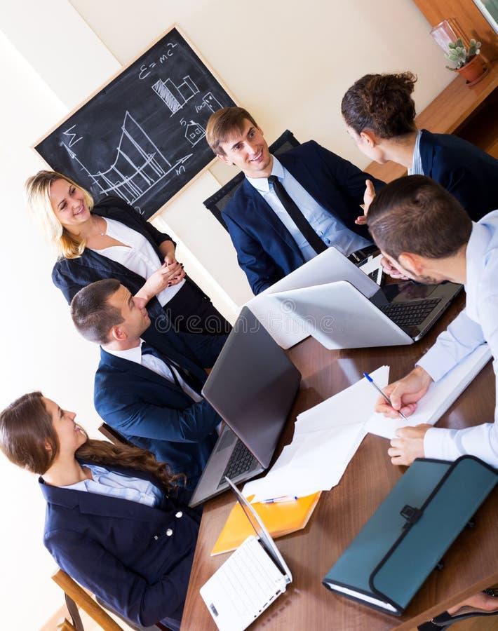 Προϊστάμενος με την κατώτερη συζήτηση ανώτερων υπαλλήλων στοκ φωτογραφίες