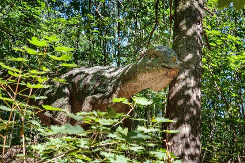 Προϊστορικός δεινόσαυρος στη φύση στοκ φωτογραφίες